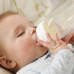 Trẻ bị sâu răng do bú bình
