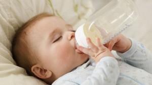 Trẻ bị sâu răng do bú bình(1)
