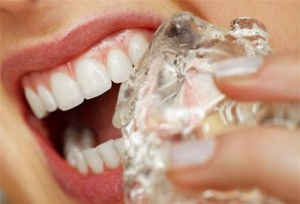 Răng sứ có nhai được đồ ăn cứng và uống nước lạnh không?