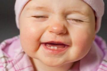 Trẻ mọc răng nanh trước răng cửa phải làm sao?