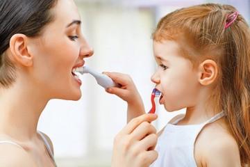 Hướng dẫn mẹ dạy bé đánh răng đúng cách trong 4 bước