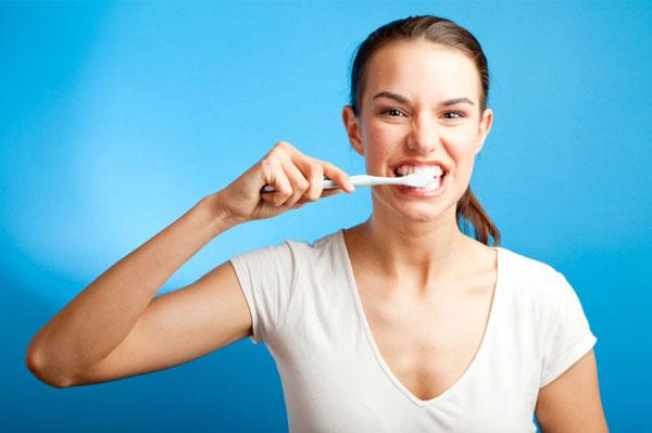 chữa ê buốt răng bằng vệ sinh răng miệng đúng cách