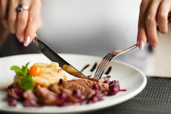 Cắt nhỏ thức ăn trước khi ăn để rút ngắn thời gian niềng răng