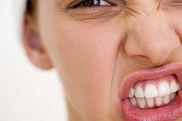 Nghiến răng cũng là nguyên nhân khiến răng ê buốt