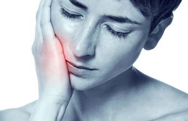 Răng khôn hàm trên mọc lệch đâm ra má