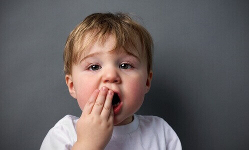 bé bị nhiệt, viêm nhiễm dẫn đến lở loét miệng